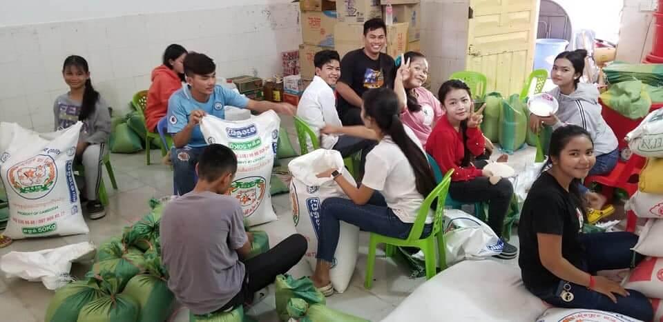 Many helpers assembling meals for the poor in Phnom Penh - Les Restaurants des Enfants